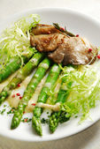 Chicken liver with asparagus — Stock Photo