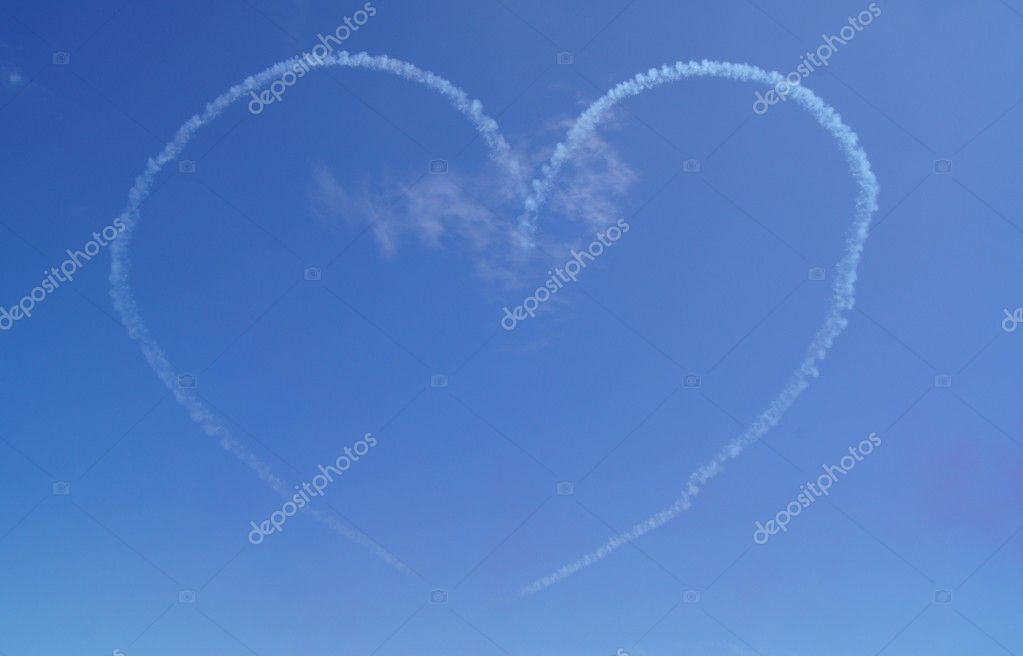 Love heart created by a jet plane on a blue sky background — Stock Photo #11540653
