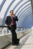 Attraktiv ung affärsman använder en mobiltelefon — Stockfoto