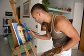 Giovane uomo che dipinge — Stock Photo