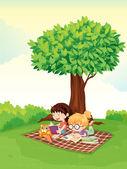 Un niño y niña estudiando bajo el árbol — Vector de stock