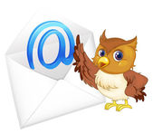 Owl with mail envelop — Stock Vector