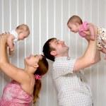 glückliche junge Familie — Stockfoto