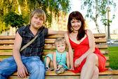 Familia joven relajante en el parque — Foto de Stock