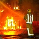 Feuerwehrmann, Feuer setzen — Stockfoto