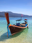 Long tail boat sit on the beach, Rawi island, Thailand — Stok fotoğraf