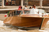 Taxi barco italiano en venecia. — Foto de Stock
