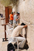 Prayer at a western wall in Jerusalem. Israel. — Foto Stock