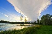 Krásné venkovské krajiny s jezerem a obloha odráží — Stock fotografie