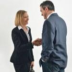 leende affärsman och affärskvinna skakar hand — Stockfoto