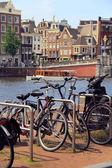 Amsterdam kanálů, jízdních kol a typických domů, nizozemsko — Stock fotografie