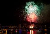 Vuurwerk in rode en groene kleuren — Stockfoto