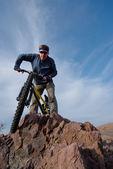 велосипедист преодолевает препятствие — Стоковое фото