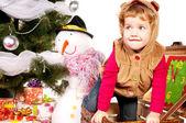 Une jeune fille sous le sapin de Noël avec des cadeaux — Photo
