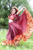 Bela cigana com vestido vermelho — Fotografia Stock