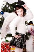 Uma garota fica perto de uma árvore de Natal — Fotografia Stock