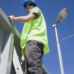 梯子上的年轻工人 — 图库照片