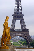 Paris - Eiffel tower and statues from Trocadero — Stock Photo