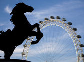 London - silhouette of Boudica monument and London eye — Stock Photo