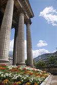 Paris - fleurs et colonne de l'eglise de la madeleine — Photo
