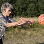 grootmoeder in het spel met de bal — Stockfoto