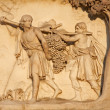 Milan - detail from facade of Duomo - The Spies Return from Canaan Carrying a Large Bunch of Grapes — Foto Stock