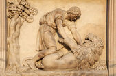 Milan - detail from facade of Duomo - Samson battle with a Lion — Stock Photo