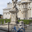 Pisa - fountain and Santa Maria Assunta cathedral — Stock Photo