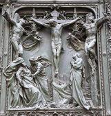 Милан - деталь от основных бронзовые ворота - распятие — Стоковое фото