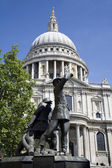 London - memorial from first world war and st. Pauls cathedral — Stock Photo