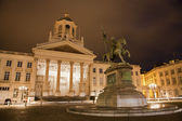 Bryssel - st jacques kyrka på den coudenberg och godefroid van bouillon kungen i jesusalem memorial på natten. — Stockfoto