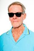 Anlatım güzel görünümlü komuta sizde rahat yaz beyaz duvara giyinmiş. güneş gözlüğü takıyor. mutlu, komik ve karakteristik. izole. stüdyo vurdu. — Stok fotoğraf
