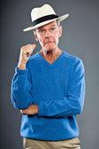 Anlatım güzel görünümlü komuta sizde gri duvara. şapkayı. komik ve karakteristik. i̇yi giyimlisin. mavi kazak. stüdyo vurdu. — Stok fotoğraf