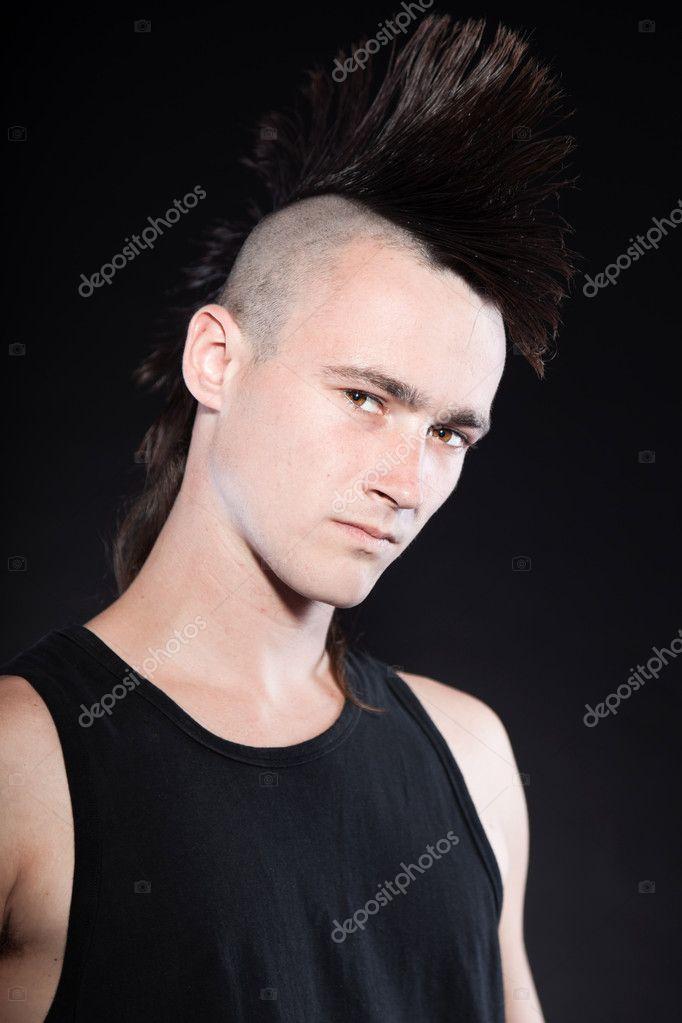 Punk homme avec coupe de cheveux mohawk chemise noire for Coupe de cheveux homme punk