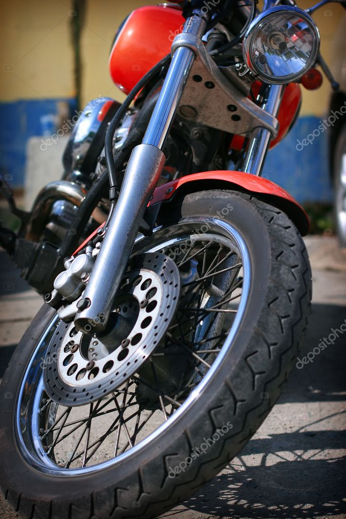 Front wheel of the classical red motorcycle — Zdjęcie stockowe #11967179