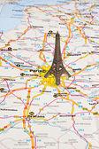 Torre eiffel en parís en mapa. — Foto de Stock