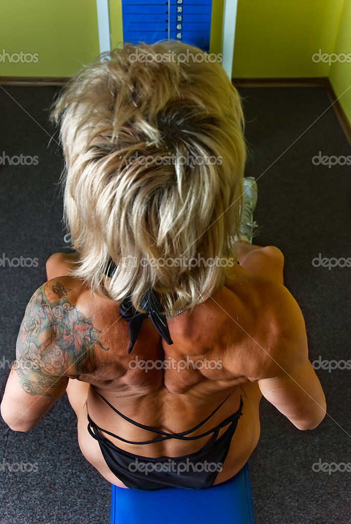 Woman bodybuilder does exercise for muscles of back — Stockfoto #11347233