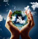 Globe houdt in zijn hand — Stockfoto