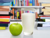 Books and apple — Stock Photo