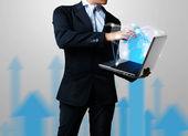 Obchodní muž s notebookem — Stock fotografie