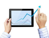 Işadamları, dokunmatik ekran grafik tablet üzerinde gösteren bir el — Stok fotoğraf