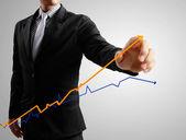 ビジネスの男性手書き込みグラフ — ストック写真