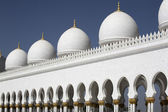 Abu-Dhabi Grand Moss white walls and cupolas — Stock Photo