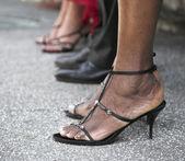 Jambes femmes en chaussures à talons hauts — Photo