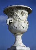 Jarrón piedra enorme calado en el jardín del castillo francés famoso, versalles — Foto de Stock