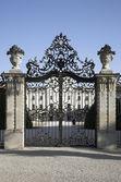 De tuin van middeleeuwse versierd hek detail van een koninklijk kasteel — Stockfoto