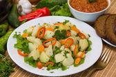 Kokt potatis med grönsaker — Stockfoto
