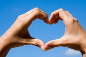 Händerna forma ett hjärta — Stockfoto