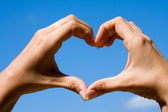 Mani che modella un cuore — Foto Stock