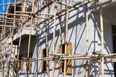 Wooden scaffolding around new building — Stock Photo